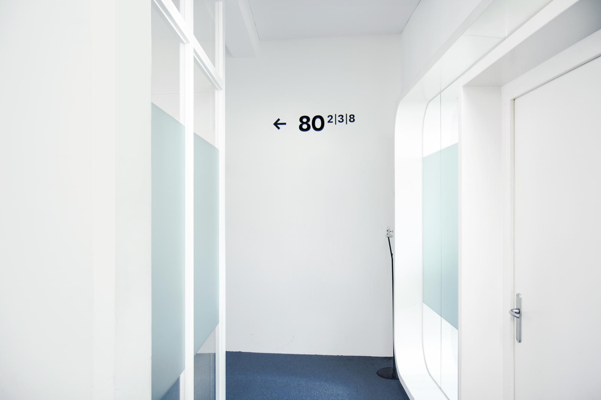 Graphisme Geneve graphic design graphique direction artistique signalétique signage espace scénographie habillage flux exposition flèches pictogrammes panneaux bâtiment  MSF médecins sans frontières